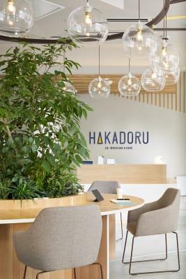 ©︎Nacása & Partners Inc. FUTA Moriishi - HAKADORU新宿三丁目店 8人用会議室の設備の写真