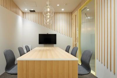 ※写真は6人用となります。8人用会議室は広さは広くなり椅子が2脚足されます。©︎Nacása & Partners Inc. FUTA Moriishi - HAKADORU新宿三丁目店 8人用会議室の室内の写真