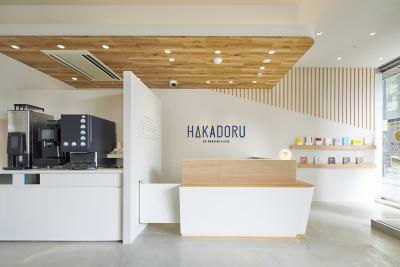 ©︎Nacása & Partners Inc. FUTA Moriishi - HAKADORU新宿三丁目店 8人用会議室の入口の写真