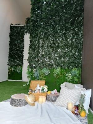 リアルな芝生、鳥のさえずりが聞こえそうなほどのリラックスルームでゆっくりくつろいでください🍀🐝 - 名古屋TERRACEの室内の写真