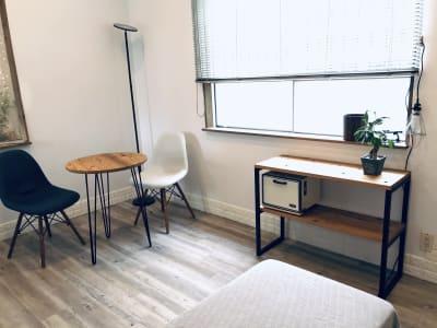 昇降式施術ベッド、カフェテーブル&チェアなどを設備したプライベートサロンです。 - レンタルサロン アイリー 完全個室タイプの室内の写真