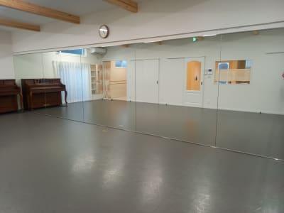 スタジオ広さ41㎡ TMフロア(バレエ用) 一面鏡張り アップライトピアノ有り - Studio Lilas  レンタルスタジオの室内の写真