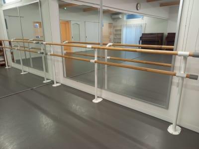 固定バレエバーが1個 - Studio Lilas  レンタルスタジオの設備の写真