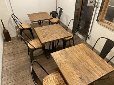 カフェにいるようなテーブル・チェアで気分を変えてお仕事出来ます - 不動産cafe 貸会議室 ミーティングルームの室内の写真