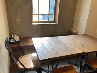 入口左には日差しが心地よいベンチシートがあります - 不動産cafe 貸会議室 ミーティングルームの室内の写真