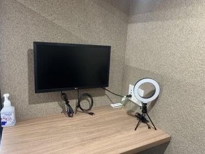 モニター付きのお部屋です。ご自由にご利用くださいませ。  アルコールも完備しておりますので、手指消毒にお使いください。  - RemoteBOX新宿南口店 No.6の設備の写真