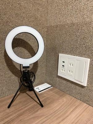 リングライトは明るさをご自由に変えて頂けます。 また、USBポートもご準備しております。  - RemoteBOX新宿南口店 No.6の設備の写真