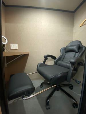 室内は十分くつろげるスペースとなっております。 作業の合間にフットレストを出して休憩して頂けます。 - RemoteBOX新宿南口店 No.6の室内の写真