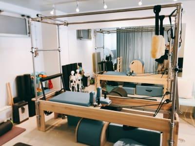 キャデラック、リフォーマー、トラピーズ - ピラティススタジオ  マシンピラティススタジオの室内の写真