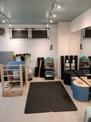 スパインコレクター、ラダーバレル、マットスペース - ピラティススタジオ  マシンピラティススタジオの室内の写真