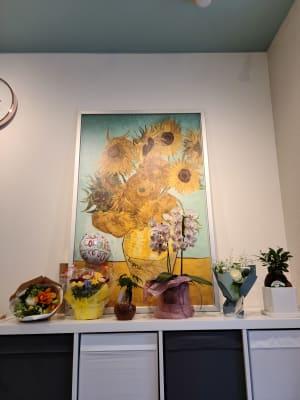 沢山の花が迎えてくれるエントランス - ピラティススタジオ  マシンピラティススタジオの室内の写真