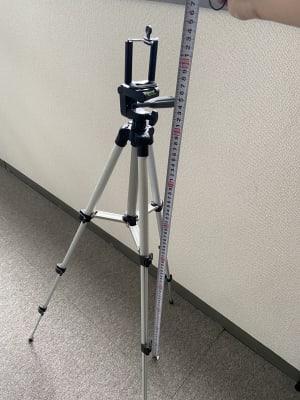 スマホ用の三脚です。動画を撮りたい方は事前にお知らせ下されば用意しておきます。1番上までで約93cmです。 - パウゼ音楽教室 レンタル練習室(ピアノ)の設備の写真