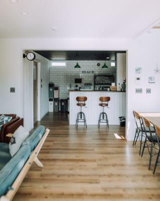 カウンター奥にはキッチンがあります。IHコンロ、冷蔵庫、レンジ、食器などご自由にご利用ください。 - Malibu一宮 貸切りBBQスペースの室内の写真