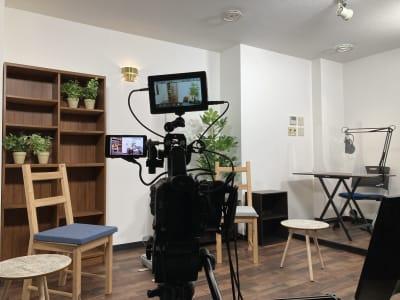 光が回りやすい白背景 - アサカヤ要町スタジオ オンライン配信可能な防音スタジオの室内の写真