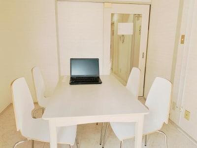 約5畳のお部屋です。壁紙がシンプルですのでWEB会議等に好評です。 - ミーティングスペースD304 梅田ミーティングスペースD304の室内の写真