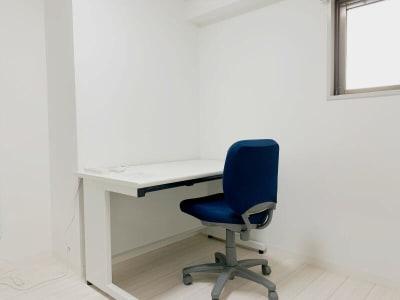 使い勝手の良いオフィスデスクとチェアです。 - テレワークスペースD303 梅田テレワークスペースD303の室内の写真