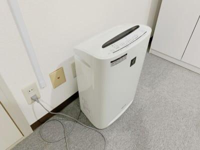 D302には空気清浄機を設置しています。 - テレワークスペースD303 梅田テレワークスペースD303の設備の写真