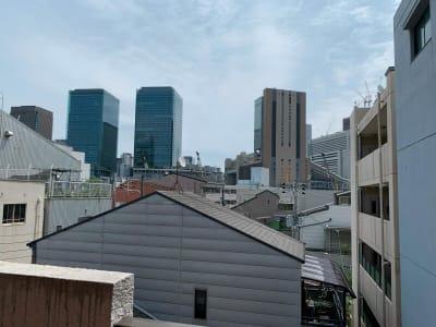 玄関から JR大阪駅、グランフロントが見えます。 - テレワークスペースD303 梅田テレワークスペースD303の室内の写真