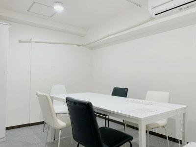 個室にカギも付いていますので、施錠可能です。 - ミーティングスペースD302 梅田ミーティングスペースD302の室内の写真