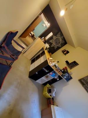カウンターを囲んでお話しすることができます - ルチャリブレ おうちカフェ 2フロア フリースペースの室内の写真