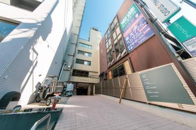 道路から少し奥まったビルです - 渋谷スペース  408の外観の写真