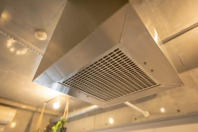 大型換気扇も常備で 室内の空気が常に入れ替わります。 - magtact レンタルサロン magtactの室内の写真