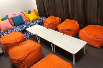 折りたたみテーブルが3つございますので、人数や用途に合わせてカスタマイズ可能✨ - アリスの酒場 ✨船橋駅1分✨新規OPEN🎊の室内の写真