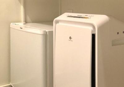 【客室設置】冷蔵庫・空気清浄機  - カモンホテルなんば プロジェクタールーム(2~3階)の設備の写真