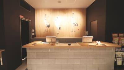 フロント(1F)  - カモンホテルなんば プロジェクタールーム(2~3階)の入口の写真