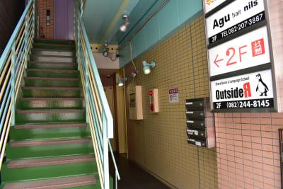 階段上り2F - シェアースペース アウトサイダー レンタルスペース(防音室)の入口の写真