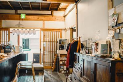HIVEのレンタルスペースです。 古民家をリノベーションした和を基調とした空間が広がります。 多種多様な用途に適したご提案が可能です。 ぜひ、お気軽にお問合せください。 - HIVE レンタルスペースの室内の写真