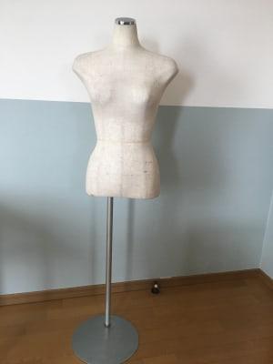 ローテーブル・姿見・マネキン(着物はありません)が洗面所に収納してありますので、ご自由にお使いください - OneRoomstudio ワンルームのお部屋の設備の写真