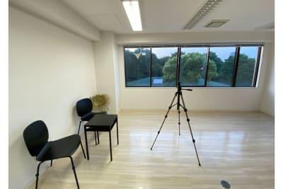 白い壁を背景に動画撮影やアパレル撮影におすすめ - 白金台徒歩5分 貸しスペース ワンフロア利用 5階の室内の写真