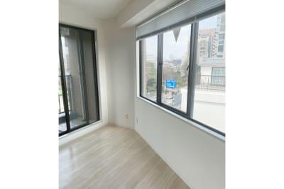 小さなベランダと反対側にも窓があります - 白金台徒歩5分 貸しスペース ワンフロア利用 5階の室内の写真