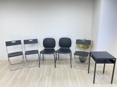 現時点での備品椅子5脚・サイドテーブル1台 - 白金台徒歩5分 貸しスペース ワンフロア利用 5階の室内の写真