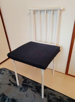 座面が木なので低反発クッションを各椅子に設置しています - MTBベースdue(ドゥーエ) 貸し会議室・リモートワークの室内の写真