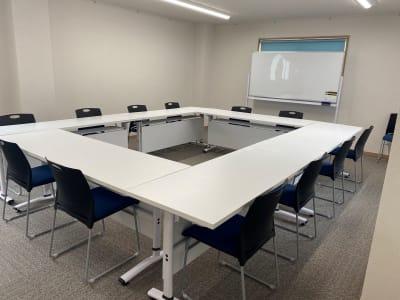 会議用レイアウト3 - 多目的スペース「プロジェクト」 多目的スペースの室内の写真