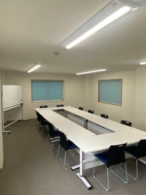 会議用レイアウト2 - 多目的スペース「プロジェクト」 多目的スペースの室内の写真