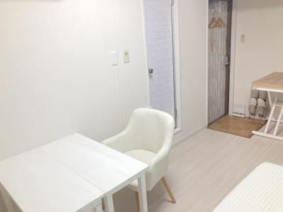 窓側のデスクを移動することも出来ます。 - 京橋Lotus プライベートスペースの室内の写真