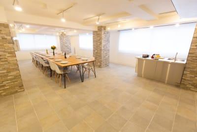 パーティレイアウト一例「椅子16脚、テーブル8台使用例」施設には椅子40脚、テーブル10台有 - 秋葉原レンタルスペース201 🎵多目的マルチスペース🎵の室内の写真