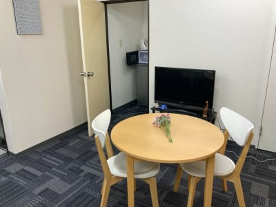 テーブルは移動して頂いて構いません。  - かちくらBASE お気軽レンタルスペースの室内の写真