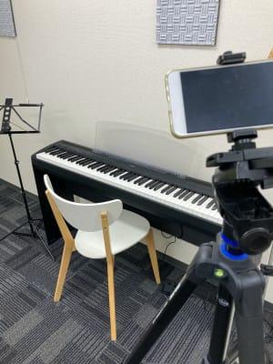 「弾いてみた」も簡単に撮影可能です。 - かちくらBASE お気軽レンタルスペースの室内の写真