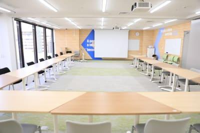 設営例:コの字レイアウト - 新橋ワークショップ会場 多目的スペース ROOM A+Bの室内の写真