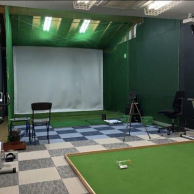 巨大スクリーンがありますので、映画鑑賞、セミナーなどいろいろな用途でご利用できます。 - ファーマーズカフェ&ゴルフ シェアキッチン、レンタル、貸店舗の室内の写真