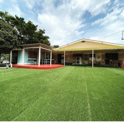 施設の外にはデッキと人工芝でできた広いスペースがありますので、BBQ、レッスン様々な用途でご利用いただけます。 - ファーマーズカフェ&ゴルフ シェアキッチン、レンタル、貸店舗の室内の写真