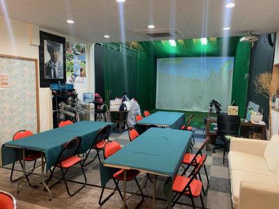 室内にもテーブルと椅子を設置することも可能です。  - ファーマーズカフェ&ゴルフ シェアキッチン、レンタル、貸店舗の室内の写真