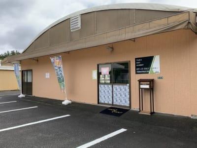 駐車場は20台あります。 - ファーマーズカフェ&ゴルフ シェアキッチン、レンタル、貸店舗の外観の写真