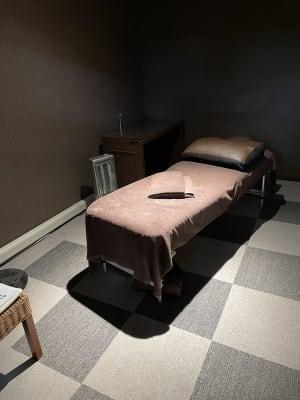 個室に施術ベッドがありますので、マッサージ、エステ、マツエクなどご自由にお使いいただけます。 - ファーマーズカフェ&ゴルフ シェアキッチン、レンタル、貸店舗の室内の写真