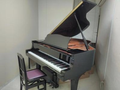 スガナミ楽器烏山北口センター 5番教室(グランドピアノ)の室内の写真