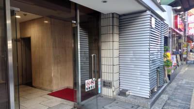 建物入り口 - PLUSONE コワーキングスペースの入口の写真